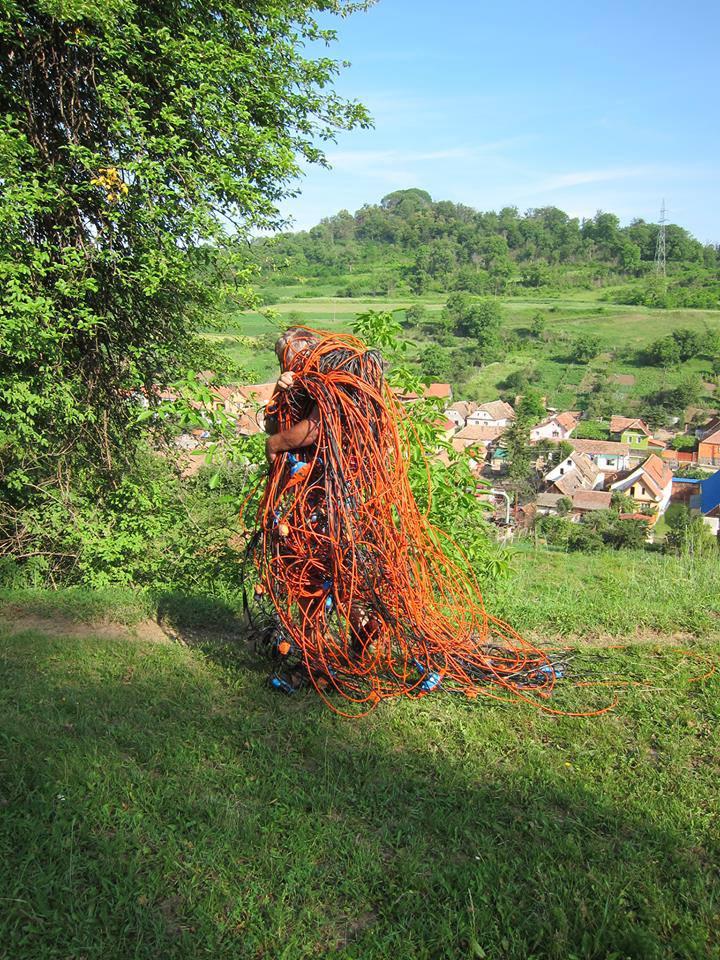 """Bauer bei der """"Kabelernte"""" - Landbesitzer finden ihre Grundstücken plötzlich verkabelt vor ...und entfernen sie wieder."""